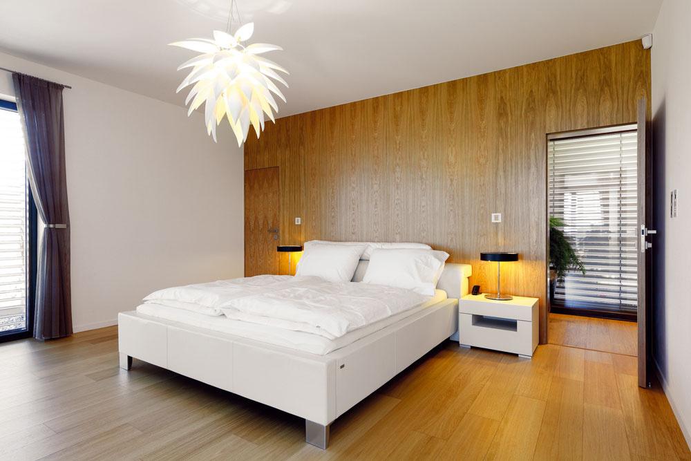 Poslednou zradu miestností lemujúcich juhozápadnú terasu je veľká spálňa vupokojujúcej farebnej kombinácii dubového dreva abielej.