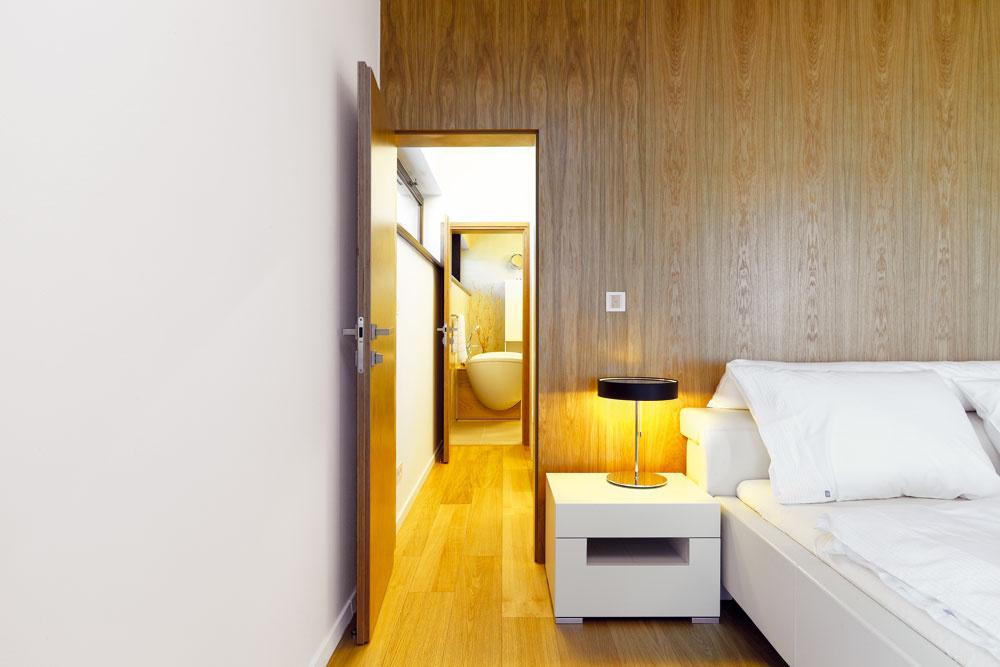 So spálňou susedí priestranný šatník, splnená túžba domácej panej, cez ktorý sa vchádza do elegantnej bielej kúpeľne.
