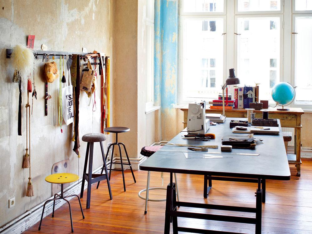 Veľké okná arkiera vpúšťajú do vzdušného krajčírskeho ateliéru Gabriely Reumerovej denné svetlo. Vzory látok, šperky, starožitnosti a, pochopiteľne, knihy a časopisy, sú pre kostýmovú výtvarníčku bohatým zdrojom inšpirácie.