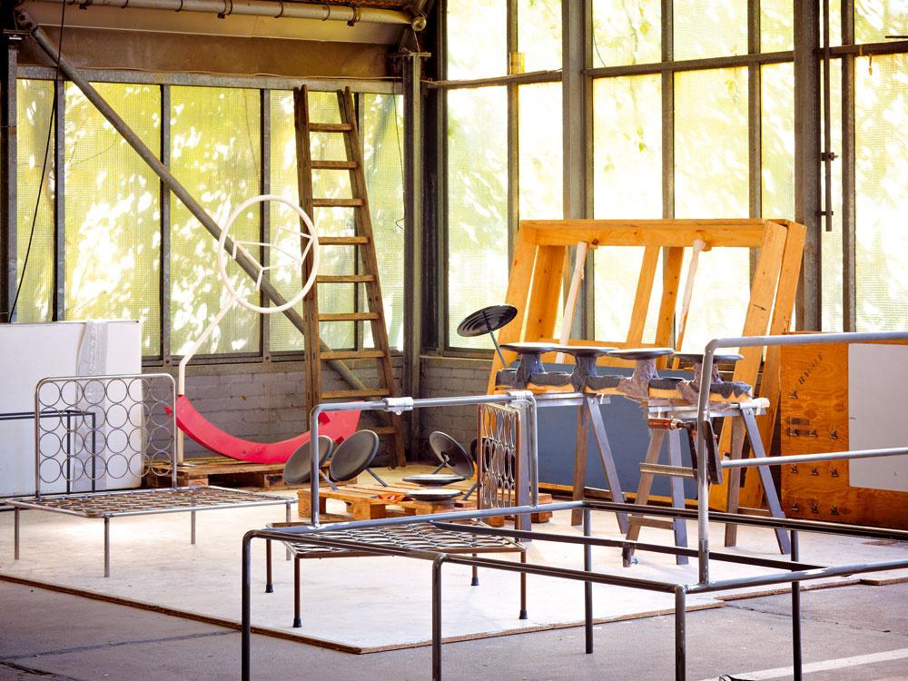 Ateliér Haussmann tvoria bratia Andreas a Rainer. Ich dielňa je vbývalej garáži vareáli bývalého štátneho rozhlasu NDR – na výrobu nábytku poskytuje dostatok priestoru avďaka veľkým oknám aj potrebné svetlo.