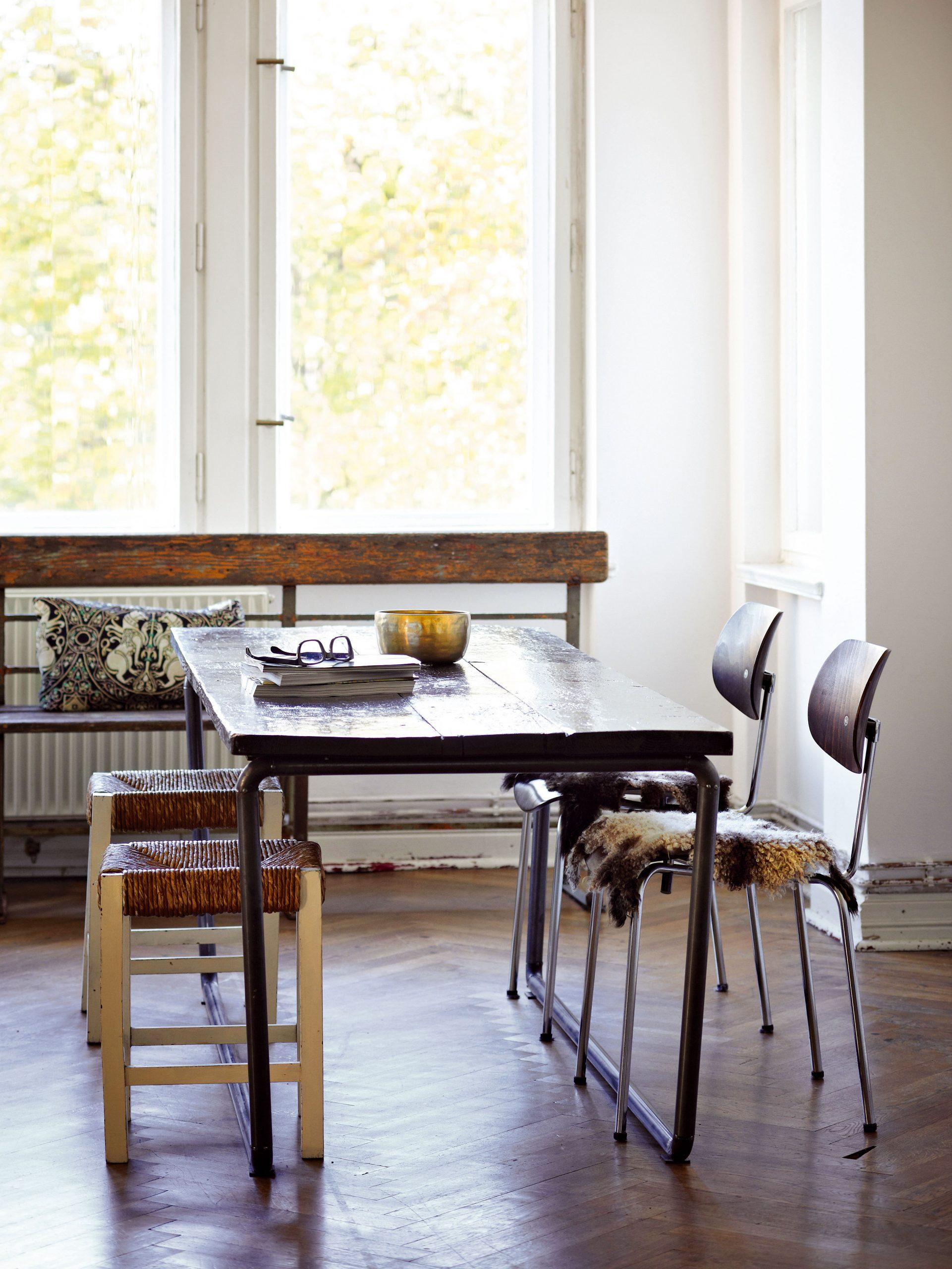 Jedálenský stôl vobývačke je originál – prototyp zdielne bratov Haussmannovcov. Vypletané stoličky bez operadla si ešte pamätajú Nemeckú demokratickú republiku a lavicu našli domáci na odľahlej ceste medzi dedinami.
