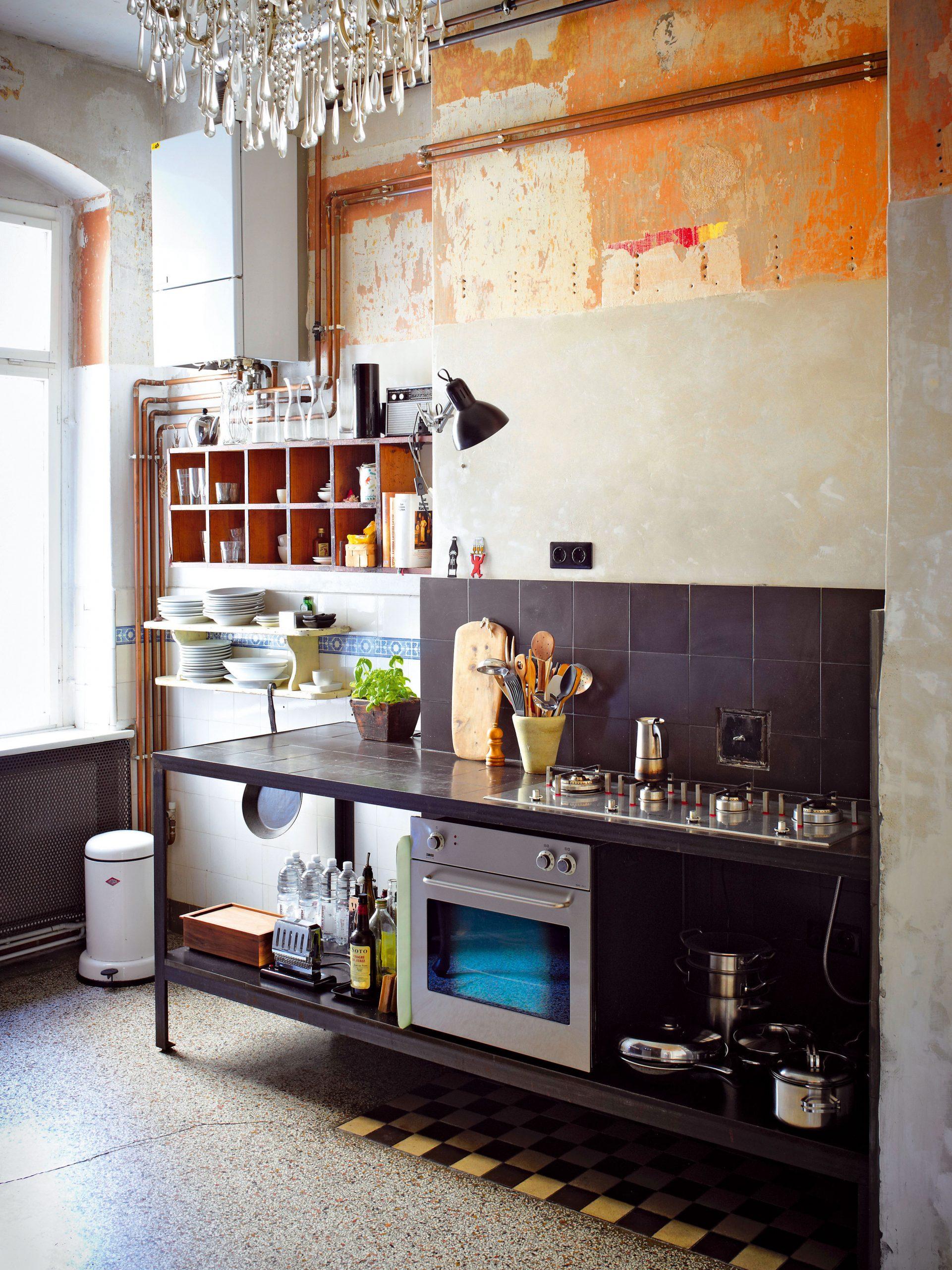 Originálnu kuchyňu vyrobil Andreas – využil pritom rôzne predmety zblšieho trhu. Základom nekonvenčného zariadenia sú otvorené police, ktoré nechávajú vyznieť pôvab predmetov každodennej potreby.