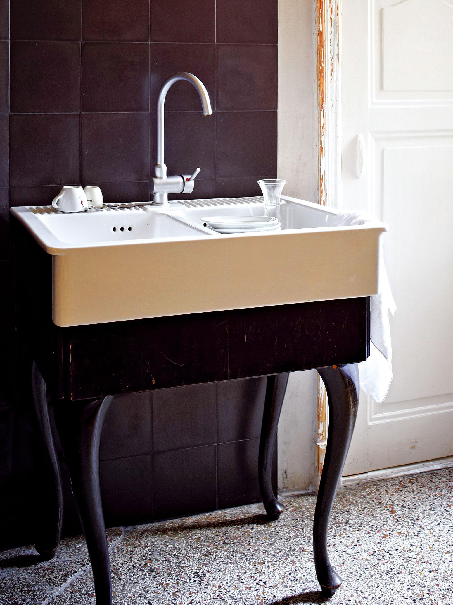 Drez inak. Andreas zrealizoval Gabrielinu predstavu oelegantnom kuchynskom dreze využitím starého stolíka anového keramického umývadla zIkey.