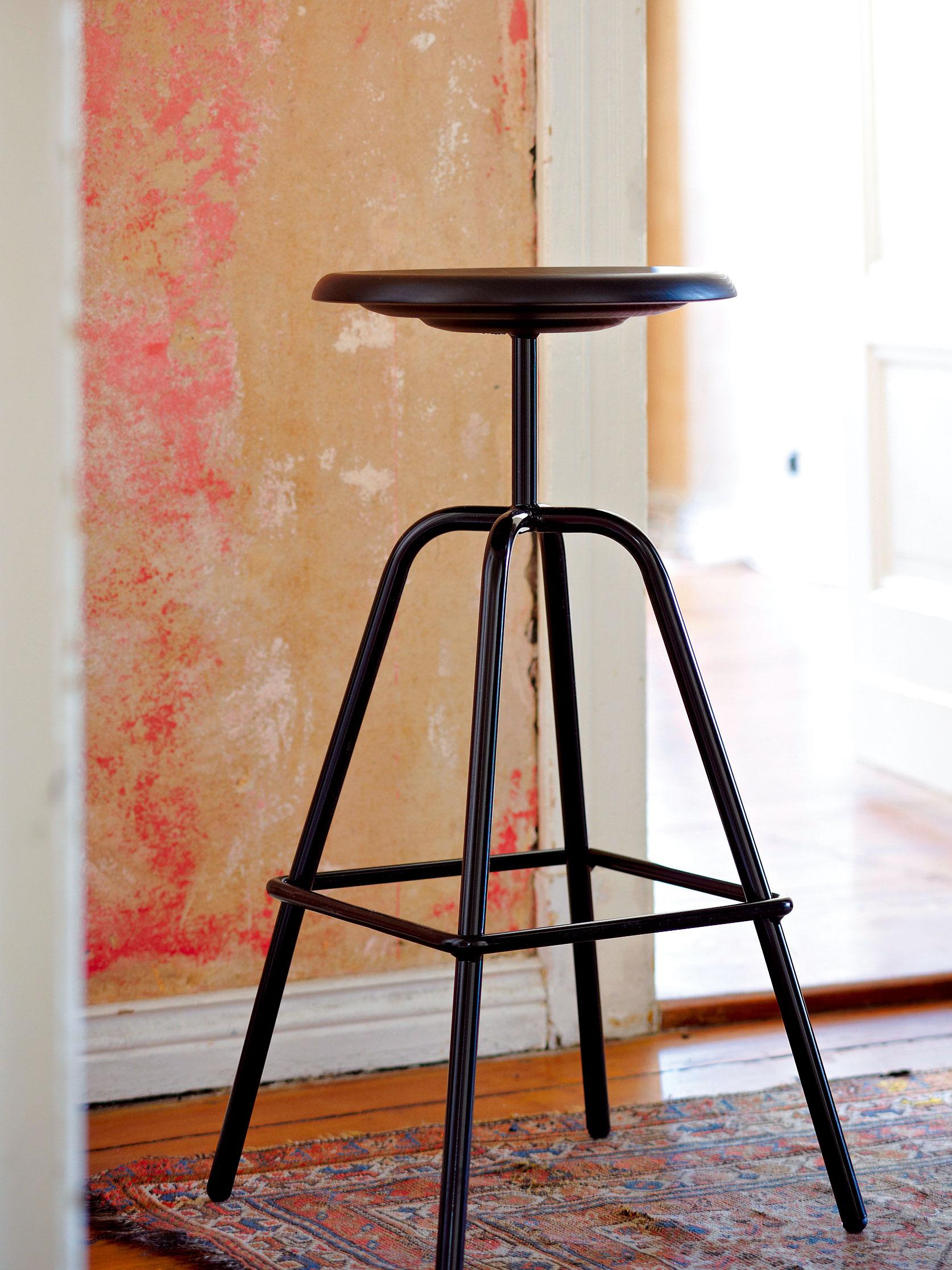 Barová stolička Herrenberger vychádza zpriemyselných vzorov z30. rokov. Vďaka stabilnej štvornohej oceľovej podnoži je odolná afunkčná.