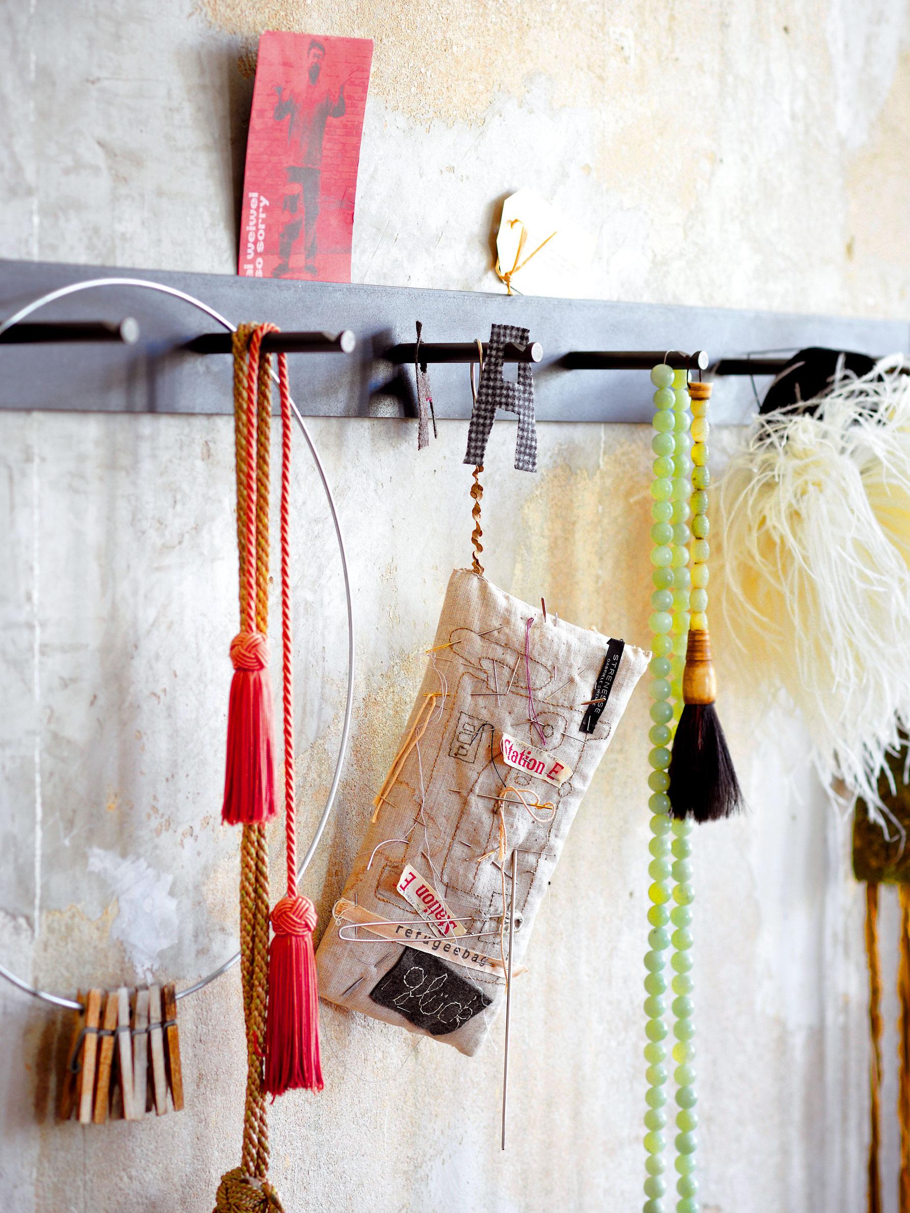 Na vešiaku Hellogoodbye zateliéru Haussmann visia vGabrielinej dielni vzorkovníky adrobné úžitkové adekoračné predmety.