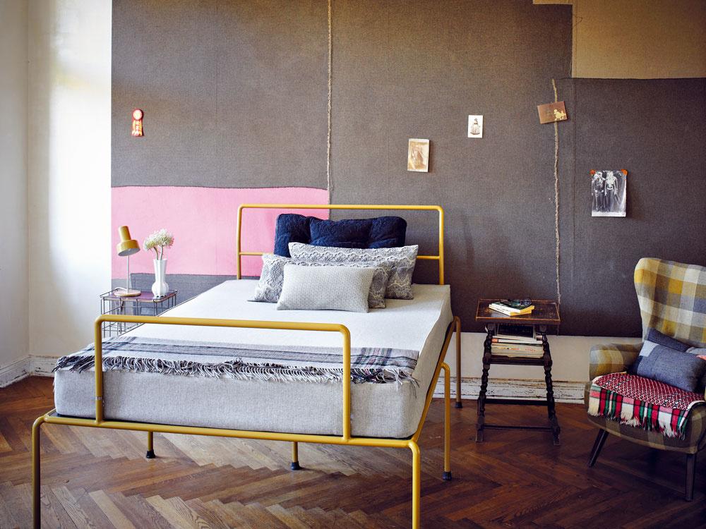 Spálňa je zariadená posteľou Sevenfeetup, ktorej prototyp vytvorili Andreas a Rainer vroku 2005. Neskôr sa stala ikonickým výrobkom ateliéru Haussmann.