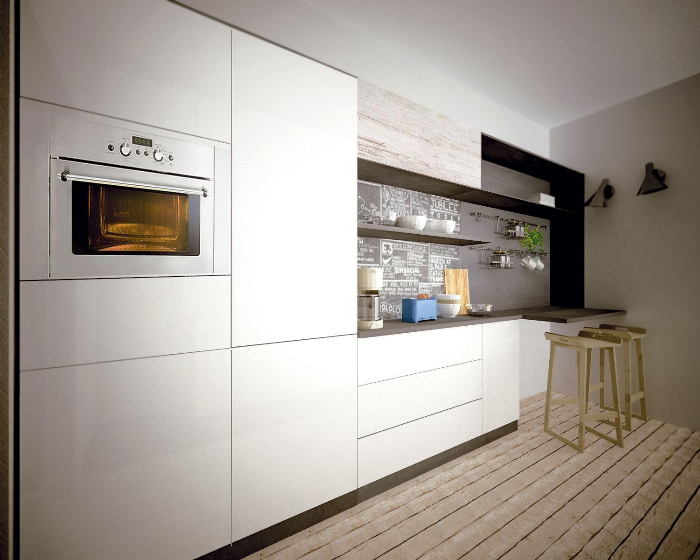 Riešenie #1 Toto riešenie zaujme nápaditou zadnou plochou na jednej zo stien. Kombinácia bielej linky adrevenej podlahy pridáva kuchyni na útulnosti.