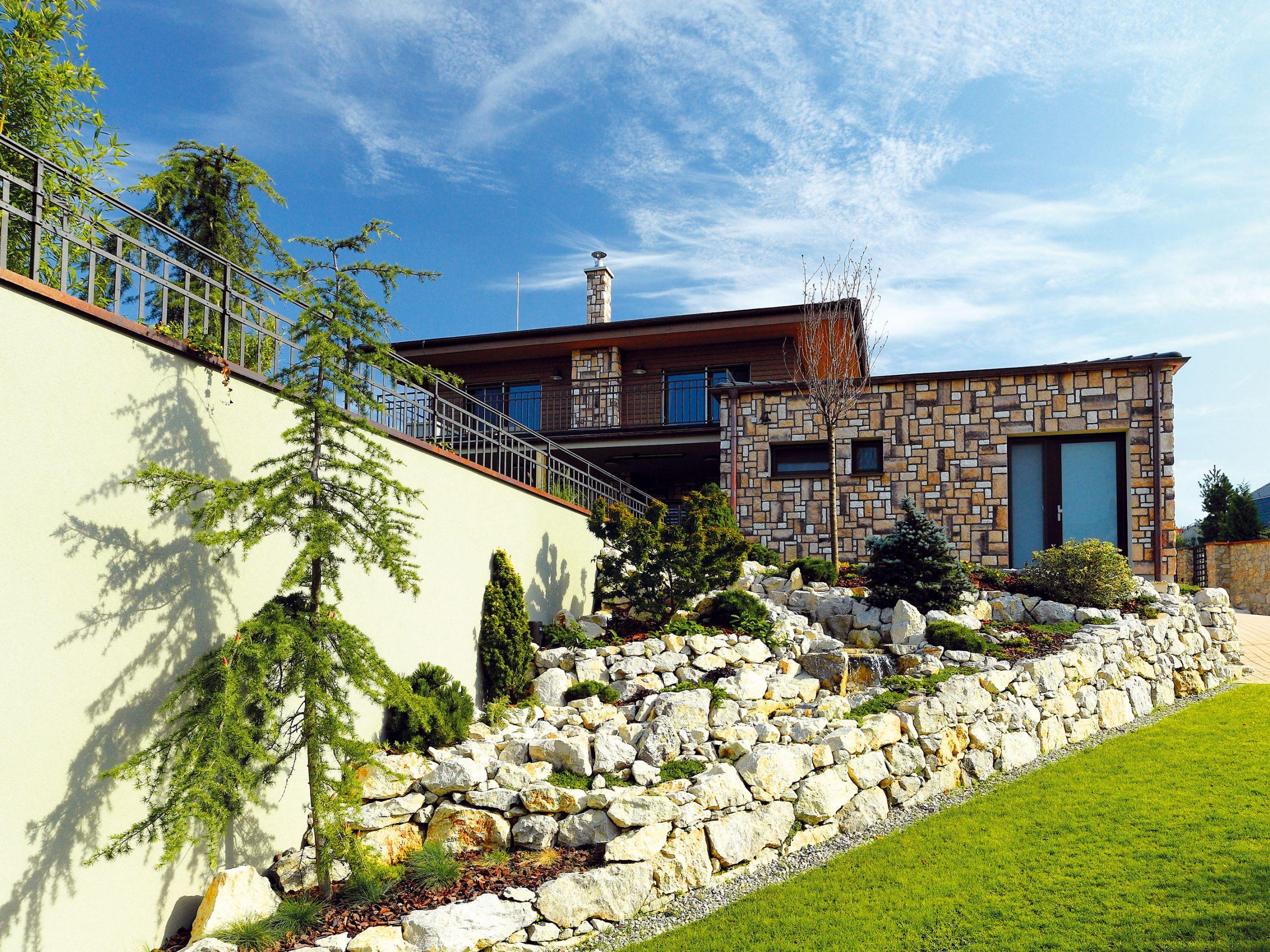 Klasický vzhľad domu aj kamenný obklad boli požiadavkou investorov – chceli, aby nová stavba zapadla do štvrte s už existujúcou zástavbou