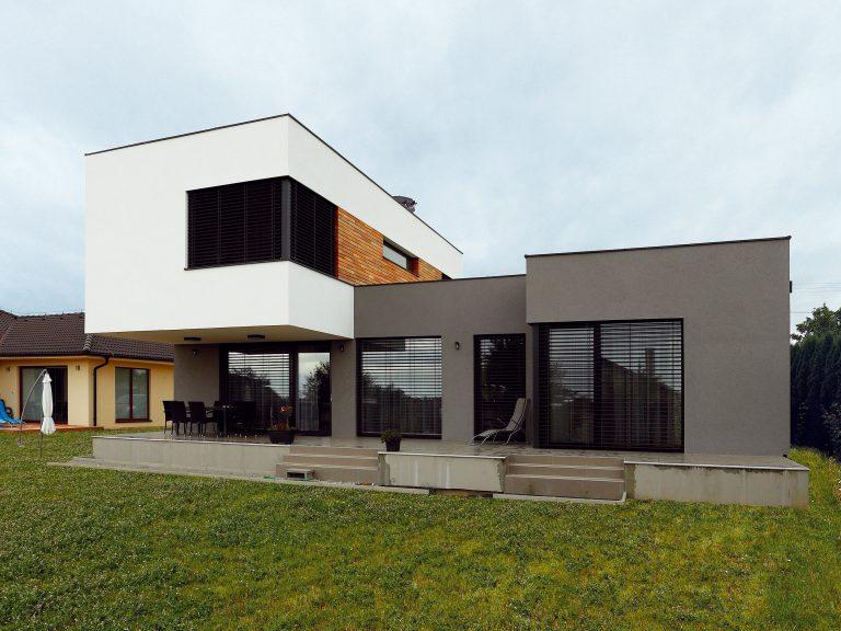 Nadčasová jednoduchosť rodinného domu priniesla majiteľom moderné bývanie