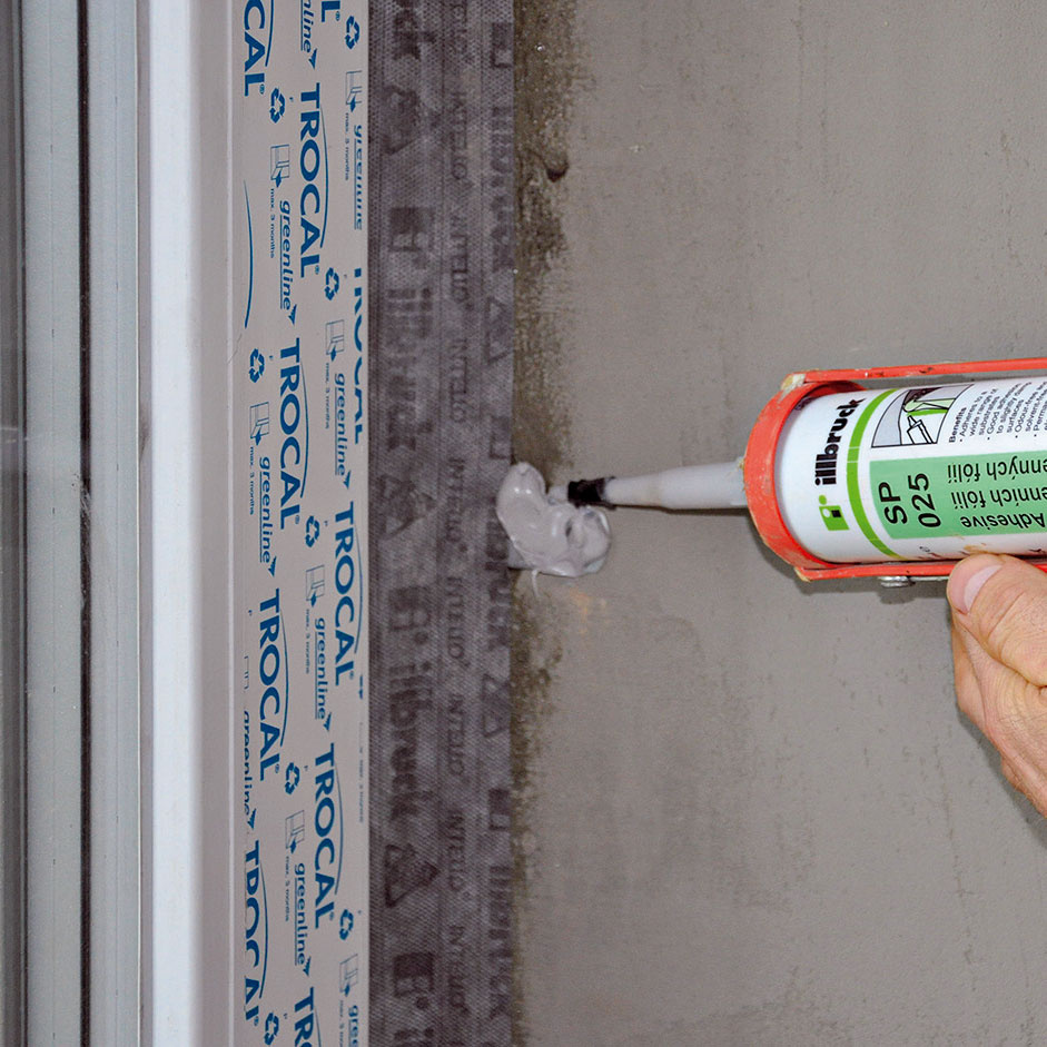Vzorové utesnenie okna – parotesná páska zo strany interiéru. Pre celkovú tesnosť je dôležité aj utesnenie kotviaceho prvku.
