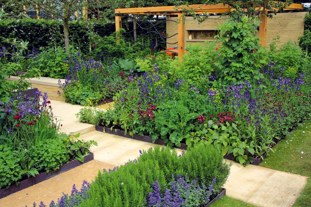 Záhrada ukážkovo spája moderné stradičným. Kým výber rastlín je takmer výsostne tradičný, ohraničenia záhonov sú prísne geometrické, čo je typický prvok moderných záhrad.