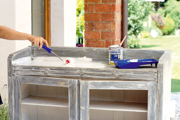 Aby ste povrch skrinky jemne zdrsnili, prebrúste ju anatrite bielou farbou.