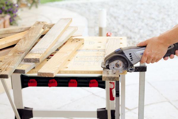 Latky zrozobraných paliet napíľte na rôzne dĺžky aprebrúste ich dohladka brúsnym papierom.