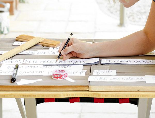 Ak si netrúfate písať voľnou rukou, vpočítači si pripravte text, vytlačte ho acez kopírovací papier prepíšte na latky.