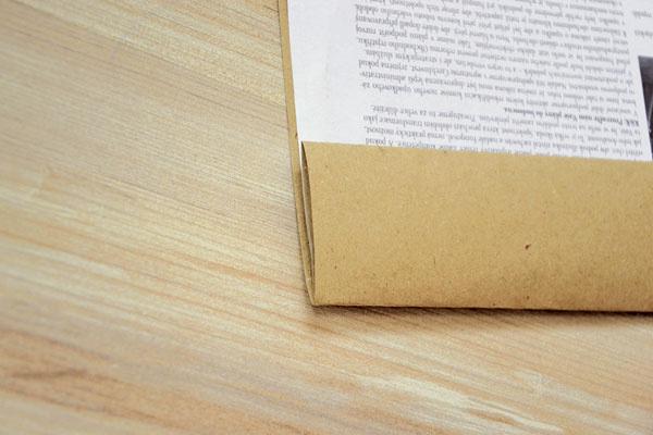 Okraj na jednej dlhšej strane dvakrát zahnite, aby bol pevnejší. Tak zároveň vznikne priestor na dekorovanie pečiatkami.