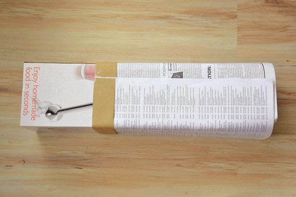 Škatuľu po obvode obaľte papiermi a spoj zlepte lepiacou páskou.
