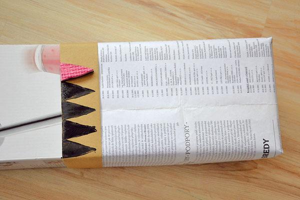 """Zahnutý okraj ozdobte pečiatkami. Použiť môžete nepotrebné penové puzzle, z ktorého vystrihnete jednoduché geometrické tvary. Dá sa použiť aj """"klasická"""" zemiaková pečiatka, prípadne už hotové pečiatky."""