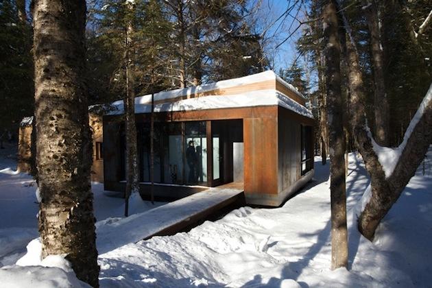 Moderná drevostavba v lese poskytuje majiteľom dokonalý pokoj aj cez zimu