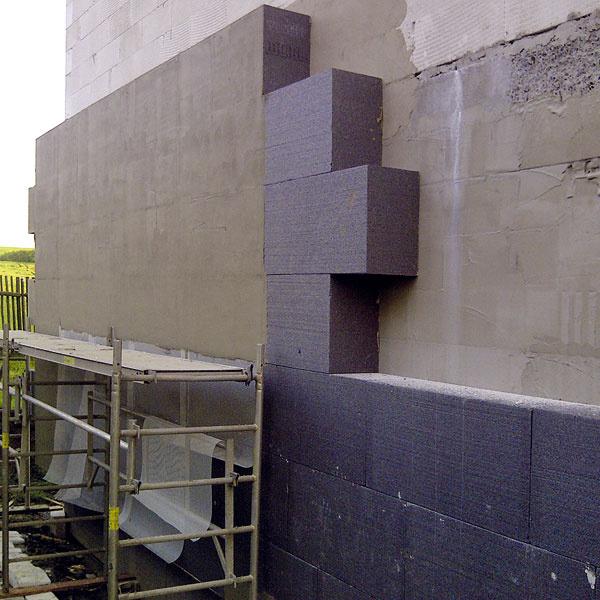 Zateplenie pasívnej časti domu tvorí sivý polystyrén shrúbkou 300 mm, celoplošne lepený zipsovým spojom bez použitia kotiev. Finálnou povrchovou úpravou bude silikónová omietka.
