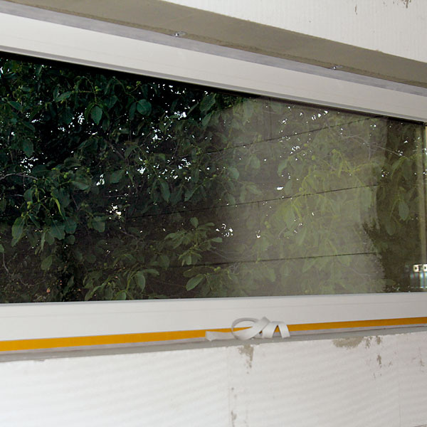 Tesniace pásky zaisťujú vzduchotesnosť všetkých priestupov cez obvodovú alebo strešnú konštrukciu. Dôležité sú aj pri montáži okien. Okná sú predsadené, to znamená zabudované na úrovni zateplenia tak, aby sa eliminovali tepelné mosty.