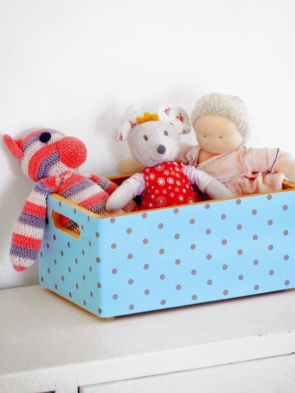 Škatule či debničky Baletkovci nevyhadzujú. Markétka ich prekryje látkou alebo baliacim papierom aposlúžia na odkladanie napríklad hračiek, ktorých je pri troch, už takmer štyroch deťoch neúrekom.