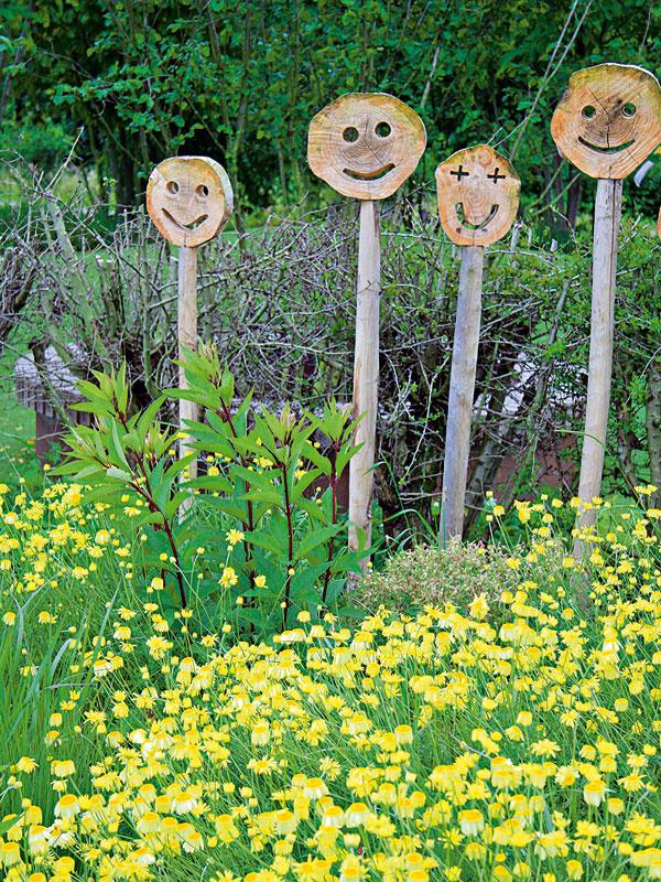 Dekorácie prírodnejšieho charakteru spestrujú záhradnú kompozíciu adodávajú jej prívetivejšiu podobu.