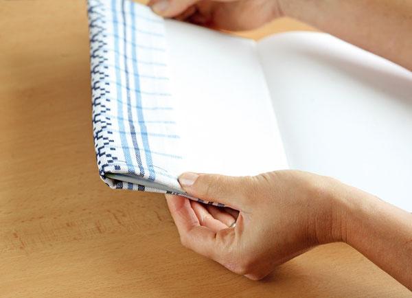 Presahy na bočných stranách (6 cm) prehnite dovnútra knihy. Knihu zavrite apoznačte si presný bod, pokiaľ ich treba prišiť.