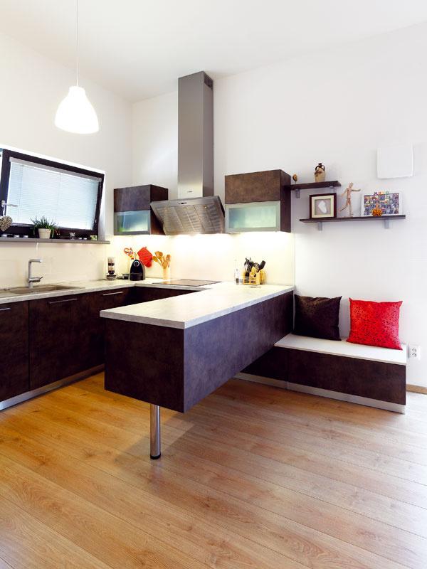 Kuchyňa je srdcom domu. Spolu sobývačkou ajedálňou tvoria otvorený priestor, ktorý zaberá takmer polovicu podlahovej plochy.