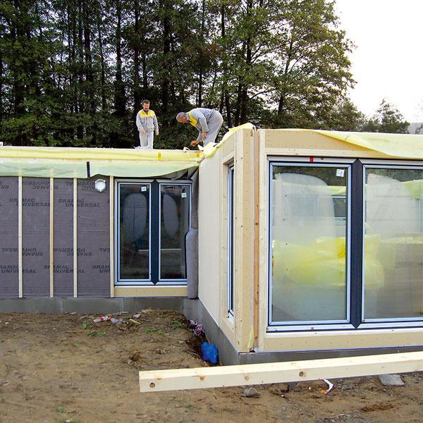 Stenové panely sa dodávajú sosadenými oknami aj dverami, zo strany interiéru je inštalačná predstena spredprípravou na dokončenie inštalácií na stavbe, zexteriéru sú pripravené fasádne systémy – na stavbu sa nanesie už len finálna vrstva omietky alebo namontuje obklad. Hrubá stavba vďaka tomu napreduje veľmi rýchlo.
