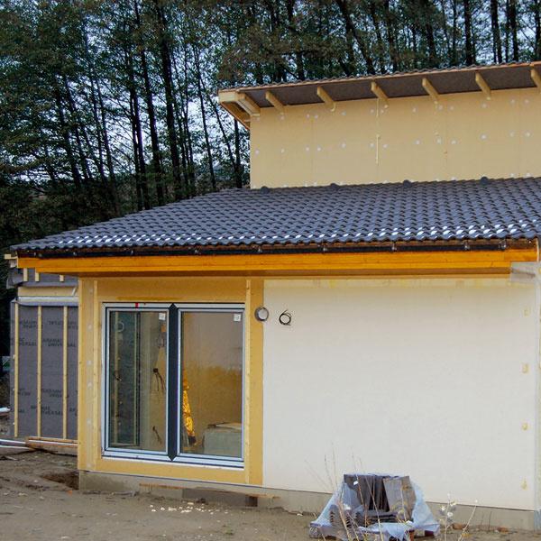 Na piaty deň sa uložila strešná krytina ahrubá stavba domu bola takmer hotová.