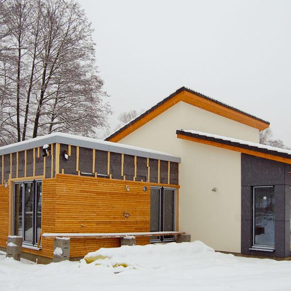 Povrchové úpravy. Po ukončení hrubej stavby sa pokračovalo vdokončovacích prácach apovrchových úpravách. Keďže sa dal dom uzavrieť avykúriť, mohlo sa na interiéri pracovať aj vzime. Celá stavba domu na kľúč trvala asi tri mesiace. Výhodou montovaných domov je, že aj hrubá stavba sa môže uskutočniť vktoromkoľvek ročnom období – panely sa vyrobia vdielni, montáž na stavbe prebieha suchým procesom aje hotová za niekoľko dní.