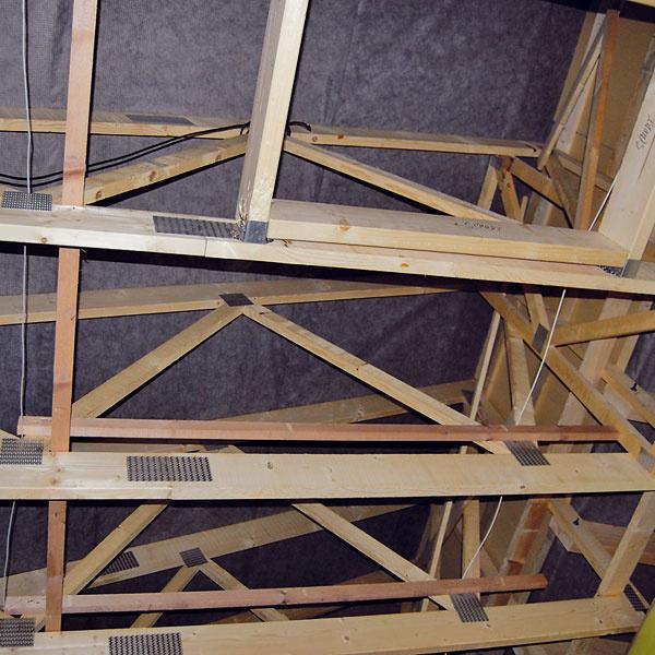 Pultové strechy majú konštrukciu zdrevených priehradových nosníkov, plochá je zo stropných trámov.