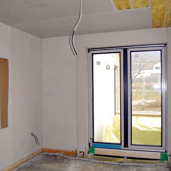 Vstrope je spolu 260 mm minerálnej tepelnej izolácie – viac, než predpisuje norma. Vnútorný povrch je pri strope zo sadrokartónových dosiek, na stenách sú použité sadrovláknité dosky Fermacell.