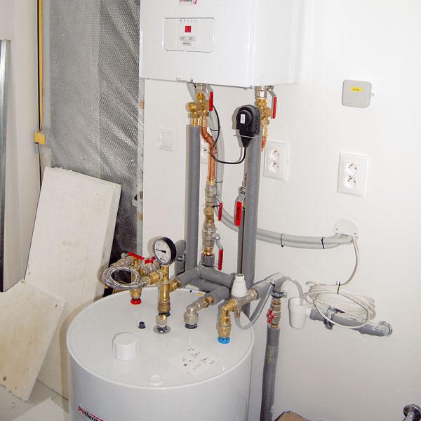 Ohrev vody na vykurovanie aj priamu spotrebu zabezpečuje zostava elektrokotla svýkonom 12 kW aexterného zásobníka teplej vody sobjemom 115 l, umiestnená vtechnickej miestnosti. Umožňuje odber veľkého množstva teplej vody na niekoľkých miestach súčasne azaisťuje jej priebežné dohrievanie. Požadovaná teplota vody vzásobníku sa nastavuje priamo na displeji kotla.