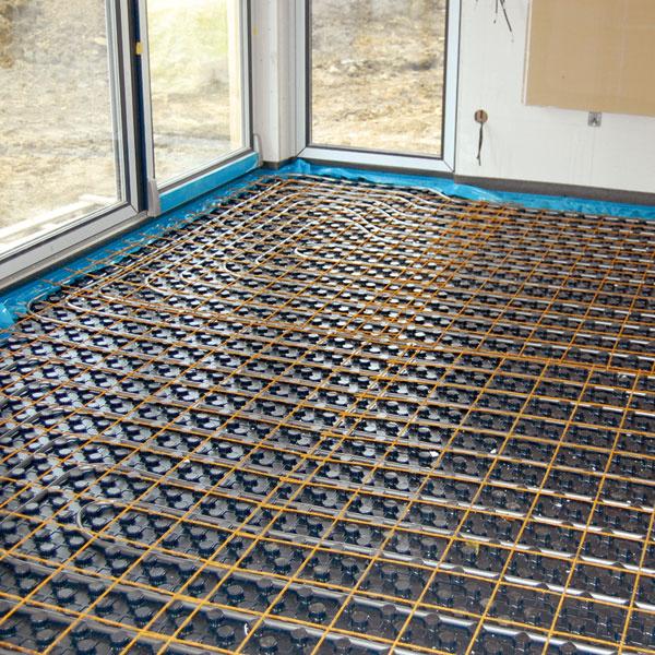 Teplo sa do interiéru dodáva prostredníctvom podlahového vykurovania, ktoré je vo všetkých miestnostiach okrem zádveria, chodby atechnickej miestnosti.