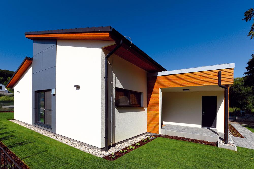 Do domu sa vstupuje zo severu, zpriestoru chráneného domom samotným vďaka jeho tvarovaniu (podobne ako terasa na jeho opačnom konci).