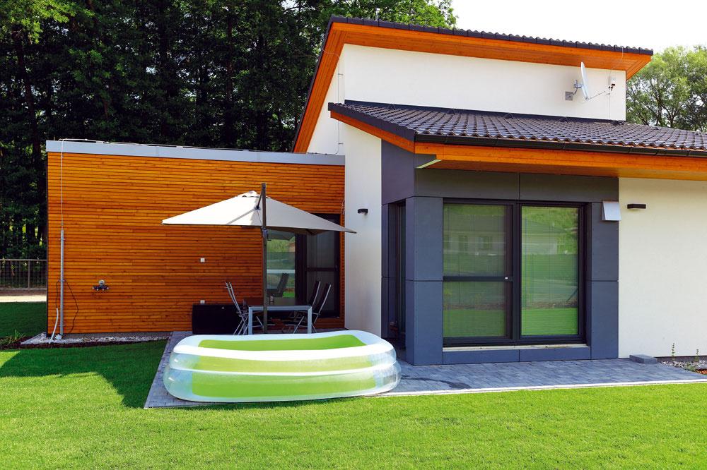 Pod nižšou pultovou strechou je obývačka so sklenenými dverami orientovanými do záhrady ana terasu. Pod opačne sklonenou vyššou pultovou strechou je podstrešný odkladací priestor apod ním kuchyňa ajedáleň.
