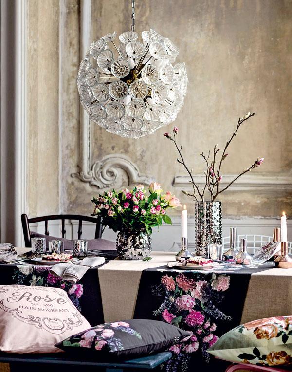 Strieborný svietnik, výška 15 cm, 7,95 €, H&M, Eurovea  Sklenená váza sreliéfom, 14,95 €, H&M, Eurovea