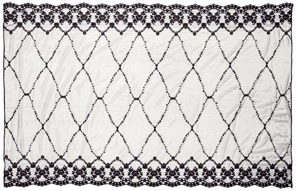 Čipkovaný obrus vsivej farbe, 120 × 200 cm, 29,95 €, H&M, Eurovea