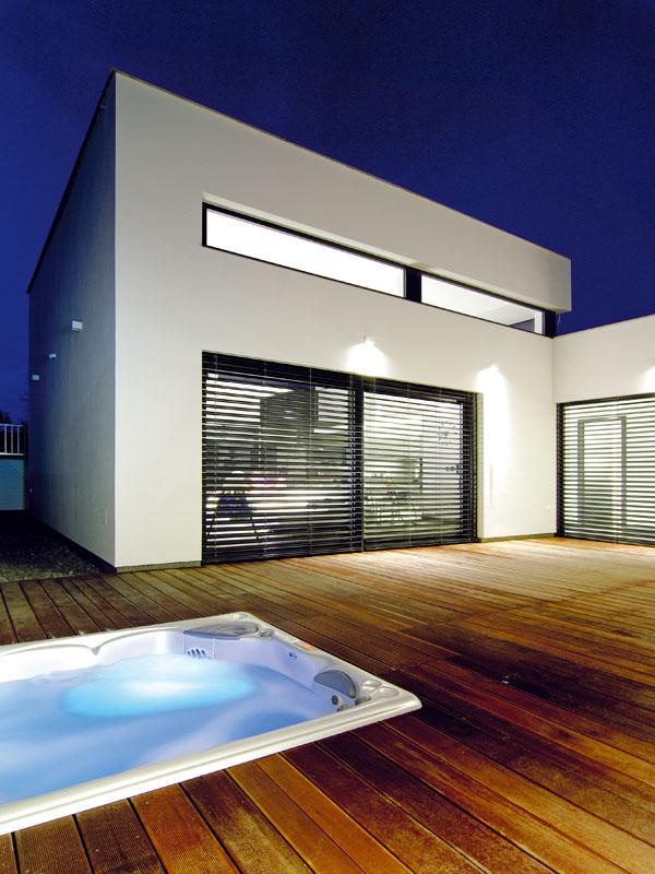 """Hlavným dispozičným prvkom je átrium sdrevenou terasou avírivkou, okolo ktorej sa """"točí"""" celý dom."""