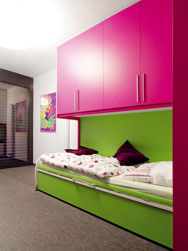 Pracovňa vo veselých farbách slúži aj ako hosťovská izba.