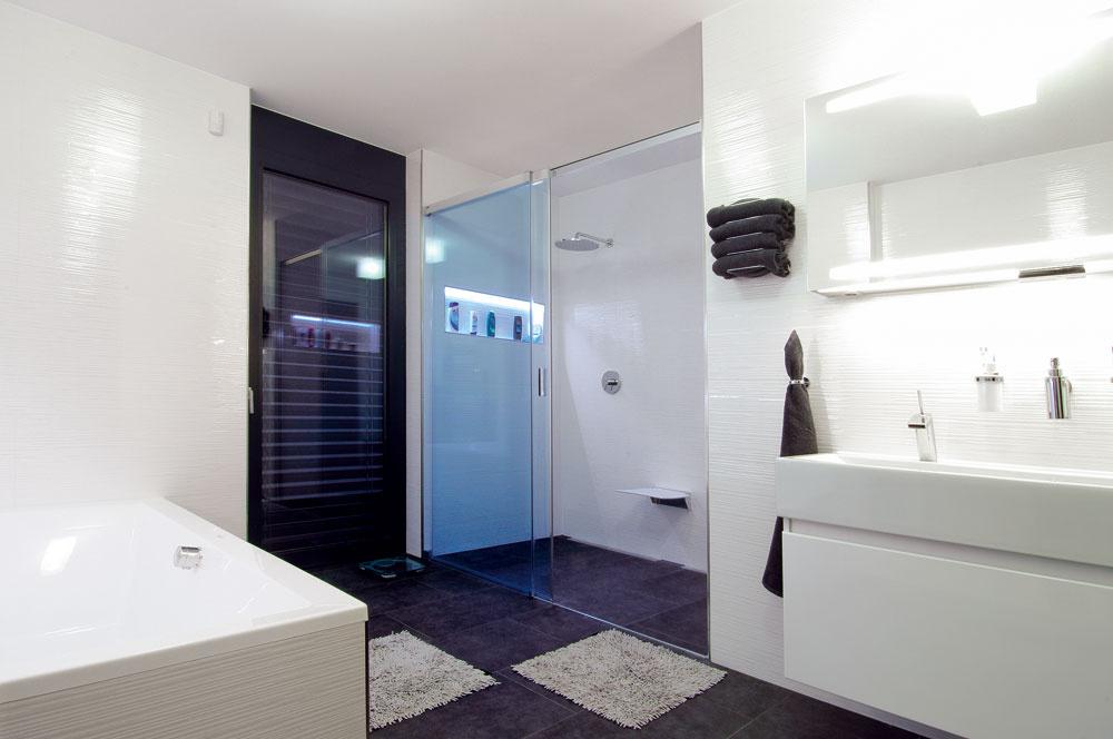 Vďaka stavebnému systému Ytong pomocou, ktorého sú steny perfektne rovné išlo obkladanie kúpeľne veľmi rýchlo. Aj realizácia elektroinštalácie bola pri tomto stavebnom systéme presná, jednoduchá  a rýchla.