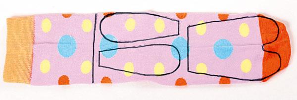 Na farebnú ponožku nakreslite hlavu, uši a telo figúrky.
