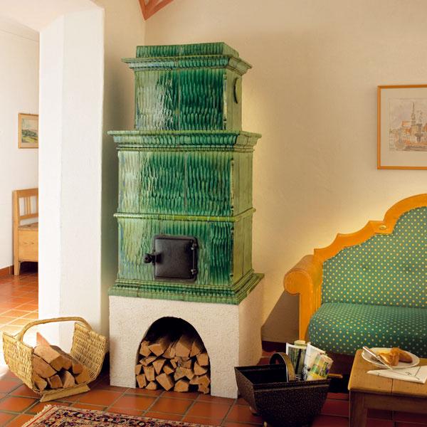 Rustikálna keramická kachľová pec rakúskej firmy Sommerhuber je krásnym afunkčným doplnkom interiéru vklasickom štýle. Vďaka vysokej kvalite použitých materiálov má okrem estetickej funkcie aj výborné akumulačné vlastnosti. Vponuke nájdete kachľové pece zjednoduchých kachlíc štvorcového tvaru srôznofarebnou glazúrou, originálne ručne maľované kusy aj veľkoplošnú keramiku. Predáva dm studio.