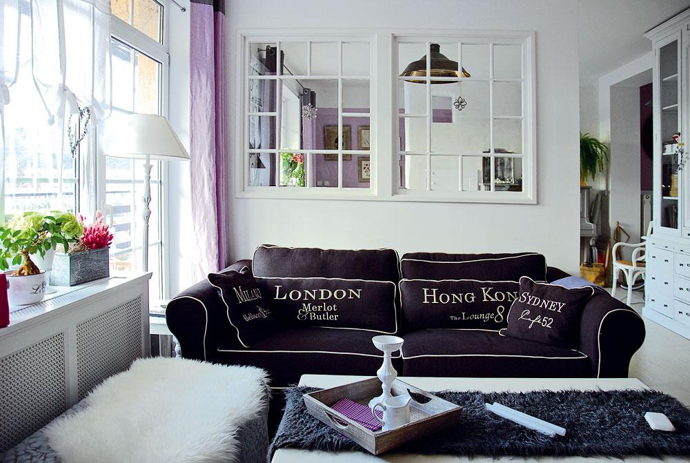 Okenná priečka predelila veľkú miestnosť na dve menšie. Vjednej sa pokojne odpočíva avdruhej sa pracuje.