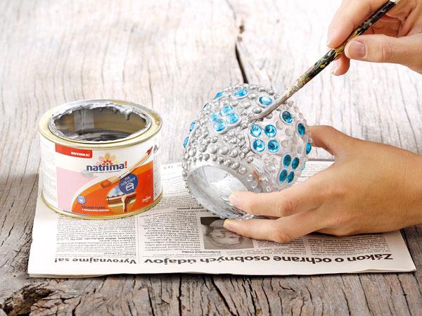 Celý pohár okrem kamienkov premaľujte striebornou farbou.