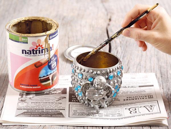 Vnútro pohára natrite zlatou farbou.