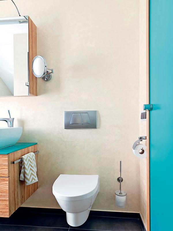 Posuvné dvere šetria miestom. Aj vďaka nim sa dalo WC umiestniť do priestoru hneď pri vstupe do kúpeľne. Splachovací systém je zabudovaný vstene, vidno iba tlačidlo (Geberit).