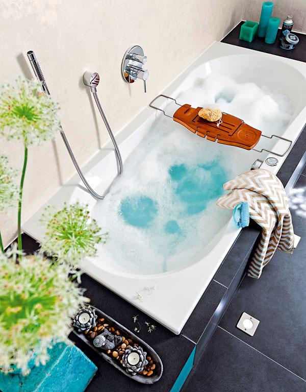 Odkladacie plochy na oboch koncoch masážnej vane poskytujú miesto na praktické idekoračné predmety – zobyčajného kúpeľa sa tak stane príjemný relaxačný zážitok.