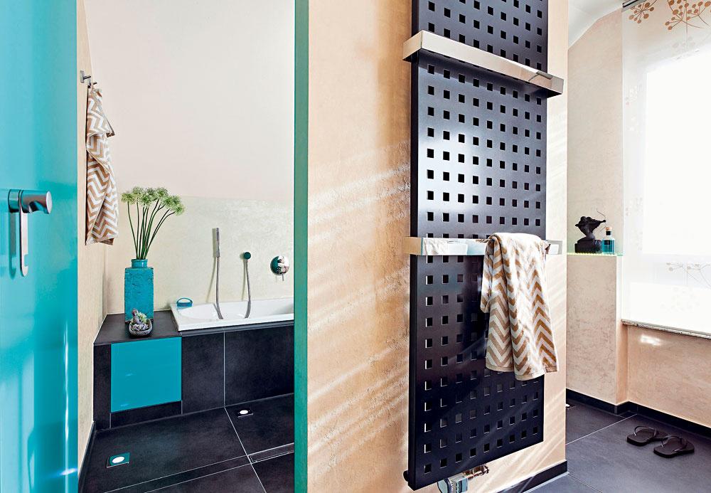 Horúce plus. Na druhej strane inštalačnej zásteny, ktorá vytvorila základ bezbariérovej sprchy (oproti umývadlám), si našlo miesto elegantné vykurovacie teleso sdržiakmi na uteráky.